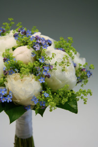vitblå brudbukett närbild