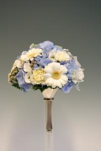 ljusblå vit brudbukett