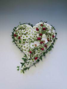 Fyllt hjärta vitt med rött inslag