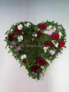 Fyllt hjärta mossa rött vitt