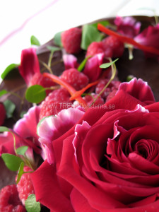chokladtårta med röd dekoration